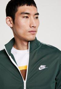 Nike Sportswear - SUIT BASIC - Tepláková souprava - galactic jade/white - 5