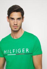Tommy Hilfiger - GLOBAL STRIPE TEE - T-shirt z nadrukiem - green - 3