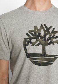 Timberland - KENNEBEC RIVER CAMO TREE TEE - Print T-shirt - medium grey heather - 5