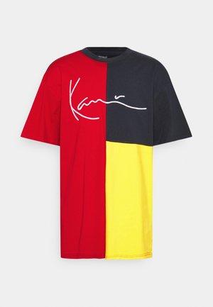 SIGNATURE BLOCK TEE UNISEX - Camiseta estampada - red
