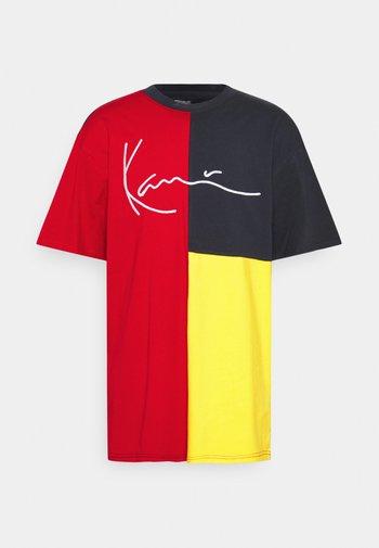 SIGNATURE BLOCK TEE UNISEX - Print T-shirt - red