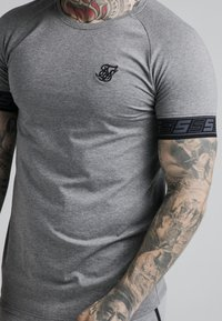 SIKSILK - EXHIBIT TECH TEE - Print T-shirt - grey marl - 4