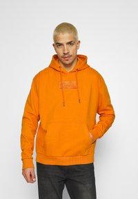 Karl Kani - SMALL SIGNATURE BOX HOODIE UNISEX  - Sweatshirt - orange - 0