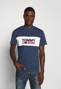 Tommy Jeans - PIECED BAND LOGO TEE - T-shirt z nadrukiem - twilight navy - 0
