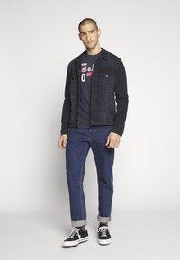 Jack & Jones - JJELOGO TEE SLIM - Print T-shirt - navy blazer - 1