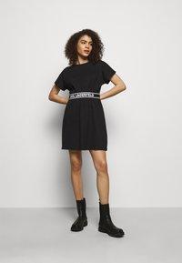 KARL LAGERFELD - LOGO TAPE DRESS - Žerzejové šaty - black - 1