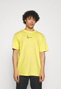 Karl Kani - SMALL SIGNATURE WASHED TEE UNISEX - T-shirt imprimé - light yellow - 0