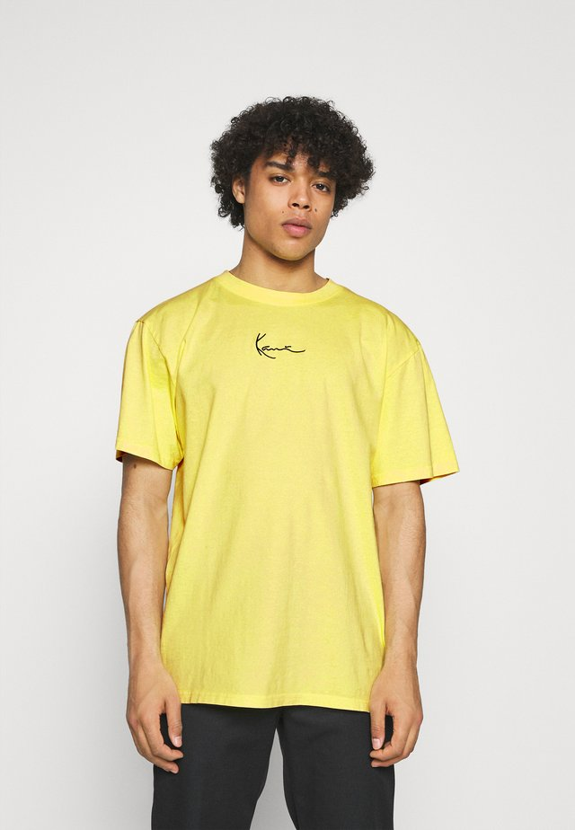 SMALL SIGNATURE WASHED TEE UNISEX - Camiseta estampada - light yellow
