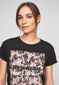 QS by s.Oliver - MIT FRONTPRINT - Print T-shirt - black - 4