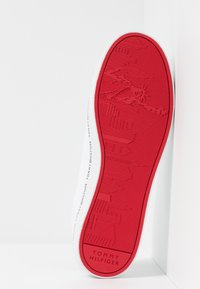 Tommy Hilfiger - ESSENTIAL VULC - Trainers - white - 4