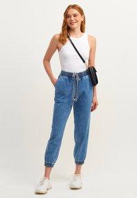 OXXO - MIT ENGEN BÜNDCHEN - Slim fit jeans - mid denim - 1