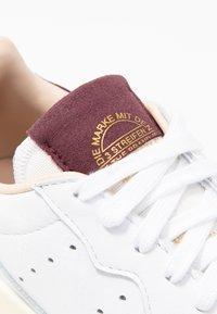 adidas Originals - SUPERCOURT - Sneakersy niskie - footwear white/maroon - 2