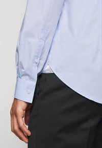 Michael Kors - PARMA SLIM FIT  - Camicia elegante - light blue - 6
