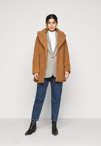 Vero Moda Petite - VMDONNA TEDDY - Zimní bunda - tobacco brown - 1