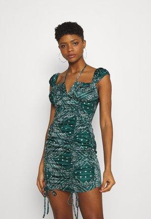 PAISLEY CAP SLEEVE RUCHED MINI DRESS - Denní šaty - green