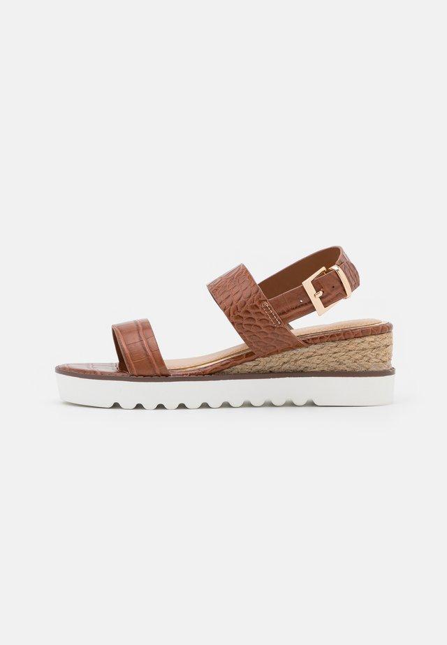 KYE - Sandały na platformie - tan