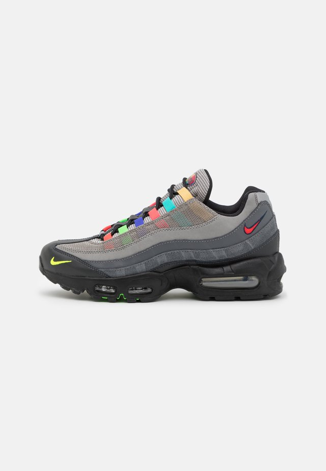 AIR MAX 95 SE UNISEX - Sneakers laag - light charcoal/university red/black