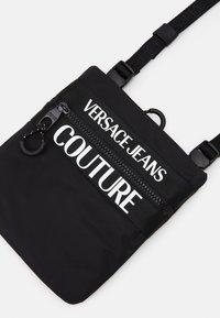 Versace Jeans Couture - UNISEX - Taška spříčným popruhem - nero - 5
