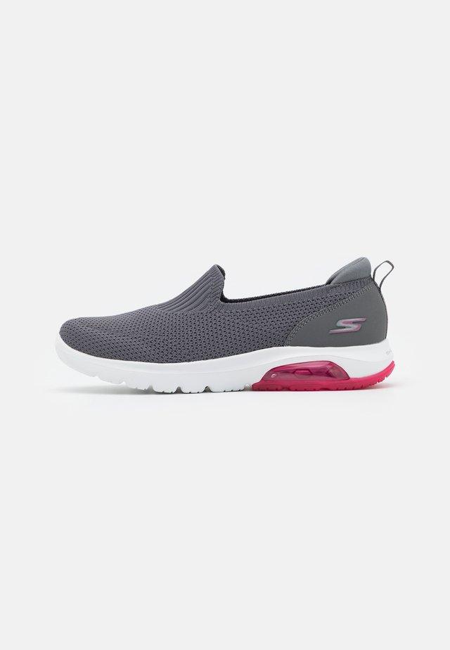 GO WALK AIR - Zapatillas para caminar - charcoal/hot pink
