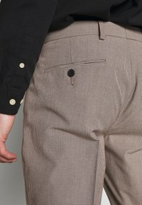 Isaac Dewhirst - MINI PUPPYTOOTH TROUSERS WITH TURN UP - Spodnie materiałowe - brown - 3