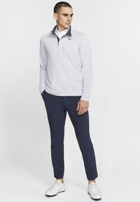 Nike Golf - NIKE DRI-FIT VICTORY HERREN-GOLFOBERTEIL MIT HALBREISSVERSCHLUSS - Funkční triko - sky grey/gridiron/white/gridiron - 1