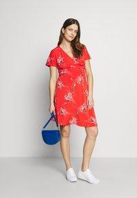 Balloon - NURSING WRAPP DRESS FLOWER PRINT - Denní šaty - red - 1