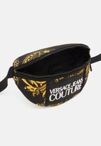 Versace Jeans Couture - RANGE LOGO TYPE UNISEX - Marsupio - nero/oro - 2