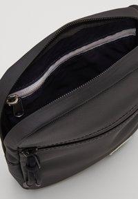 Lacoste - FLAT CROSSOVER BAG UNISEX - Skuldertasker - noir - 2