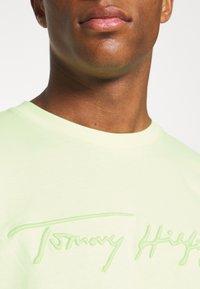 Tommy Hilfiger - SIGNATURE GRAPHIC TEE - T-shirt med print - lumen flash - 5