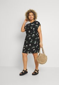 Vero Moda Curve - VMSIMPLY EASY TIE SHORT DRESS - Denní šaty - black/ann - 1