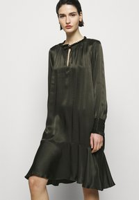 Bruuns Bazaar - BAUME ESTE DRESS - Koktejlové šaty/ šaty na párty - green night - 3