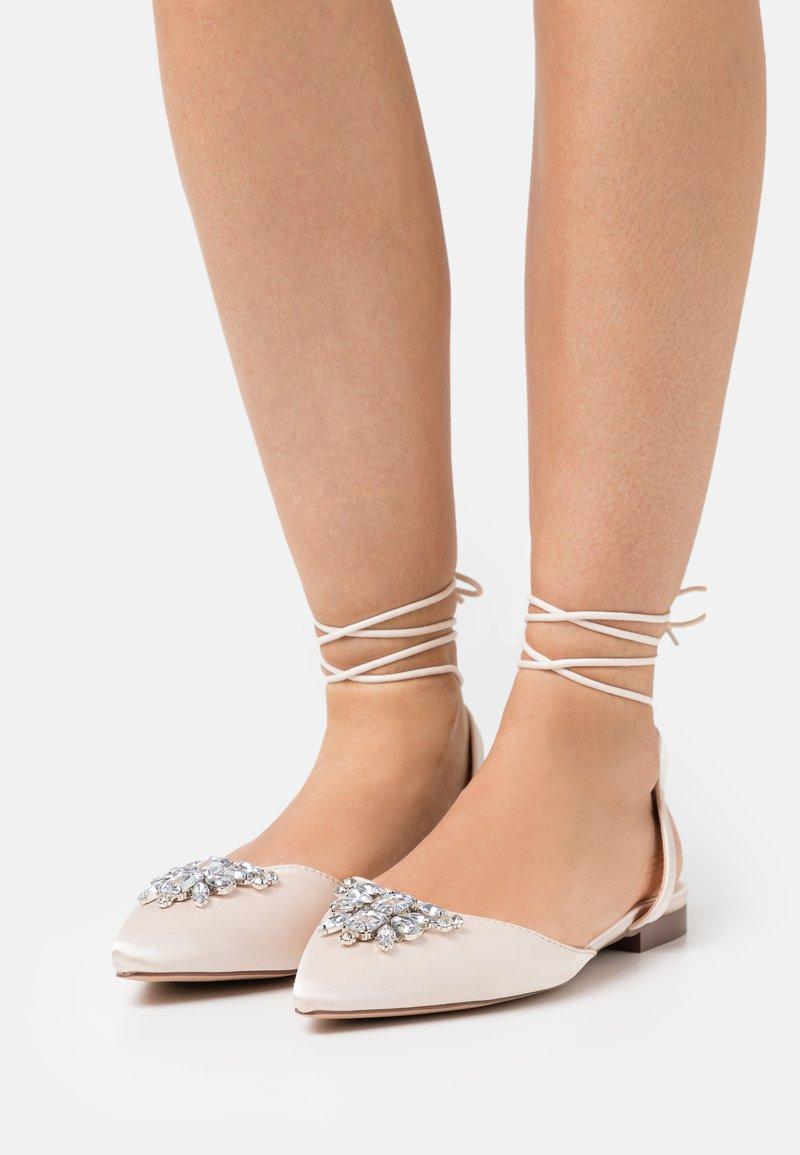 BEBO - JULINA - Ballerinat nilkkaremmillä - ivory