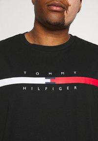 Tommy Hilfiger - GLOBAL STRIPE CHEST TEE - T-shirt med print - black - 5