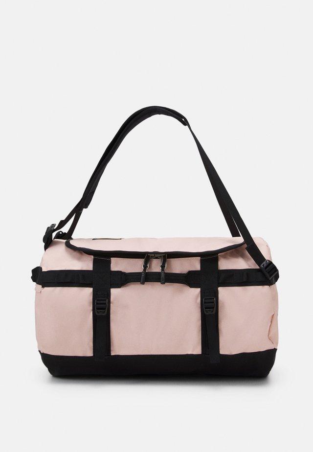 BASE CAMP DUFFEL S UNISEX - Sac de sport - light pink/black