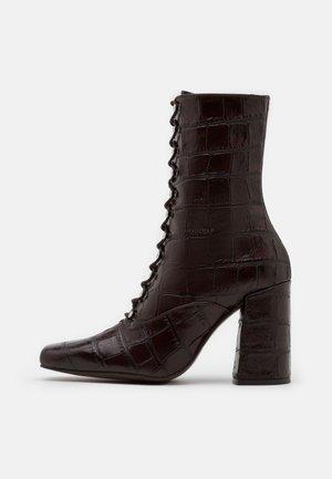High heeled boots - testa old