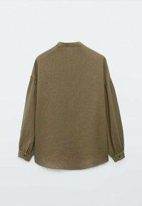 Massimo Dutti - MIT MAOKRAGEN UND PUFFÄRMELN - Button-down blouse - khaki - 1