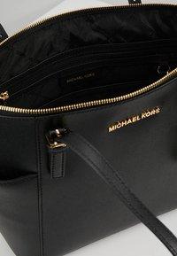 MICHAEL Michael Kors - JET SET - Håndtasker - black - 4