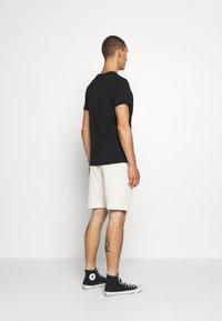 CLOSURE London - SCRIPT 2 PACK  - Teplákové kalhoty - khaki/stone - 3