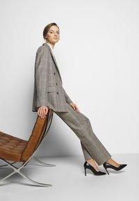 Victoria Victoria Beckham - DRAINPIPE CHECK TROUSER - Trousers - cream check - 3