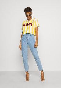 Karl Kani - SERIF STRIPE TEE - T-shirt print - white - 1