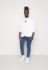 Tommy Jeans - TIMELESS BOX TEE UNISEX - T-shirt con stampa - white - 1