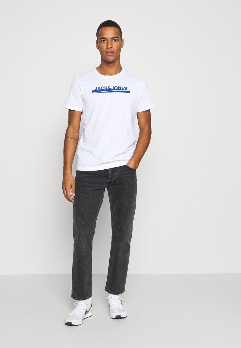 Jack & Jones - JORHARRY  TEE CREW NECK 3 PACK - T-shirt print - white/khaki/blue