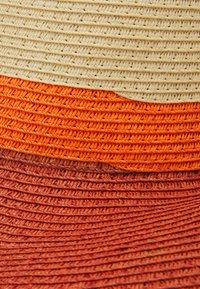 Molo - STRAWSHADE BLOCK - Hat - hibiscus red - 3