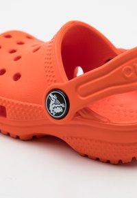Crocs - CLASSIC CLOG UNISEX - Pool slides - tangerine - 5