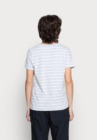 Tommy Hilfiger - TEE REGULAR FIT FLAG - Print T-shirt - classic brenton/breezy blue - 2