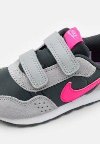 Nike Sportswear - MD VALIANT UNISEX - Tenisky - dark smoke grey/hyper pink/light  smoke grey - 3