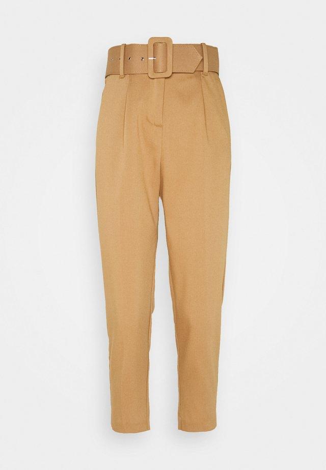 VMJULIE CARROT PLEAT ANKLE PANT - Pantaloni - tobacco brown
