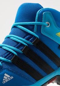 adidas Performance - TERREX AX2R MID CLIMAPROOF HIKING SHOES - Fjellsko - blue beauty/core black/shock yellow - 5