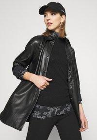 Vero Moda - VMFEABI - Langærmede T-shirts - black/filip - 3