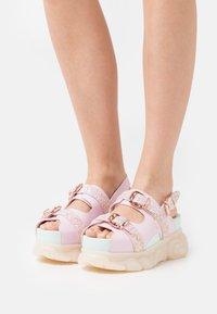 Buffalo - MARINA HOERMANSEDER X BUFFALO BUCKLETREATS CANDY VEGAN - Platform sandals - candy glitter - 0